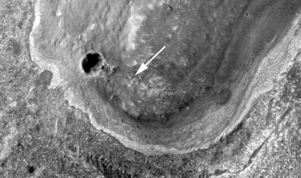 Depuis son orbite, MRO a déjà photographié plusieurs rovers à la surface de la Planète rouge. Ici, Opportunity (indiqué par une flèche) en septembre 2011, alors qu'il se trouvait à proximité du petit cratère Odyssey, d'une vingtaine de mètres de diamètre. © Nasa, JPL-Caltech, université d'Arizona