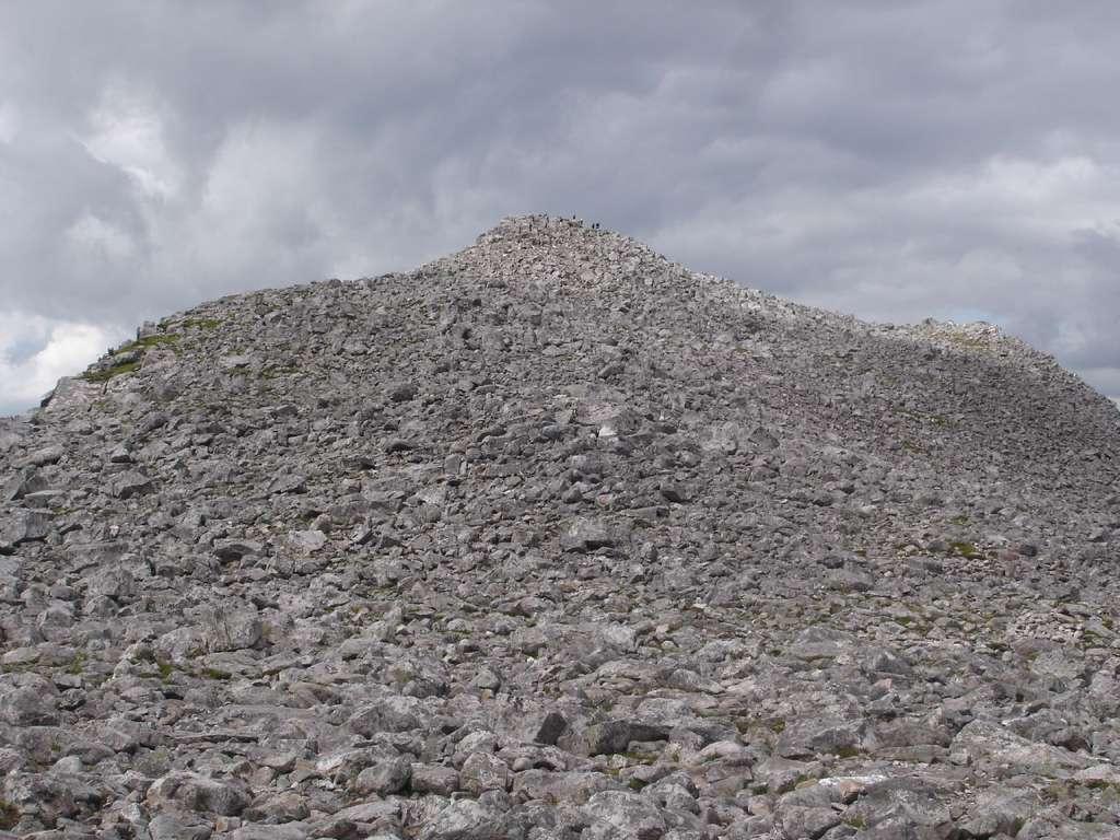 Qui peut dire si ces pierres situées au sommet d'une montagne ont été brisées par le gel ou par la foudre ? La réponse se trouve dans leurs minéraux magnétosensibles. © edmaphar, Flickr, cc by nc sa 2.0