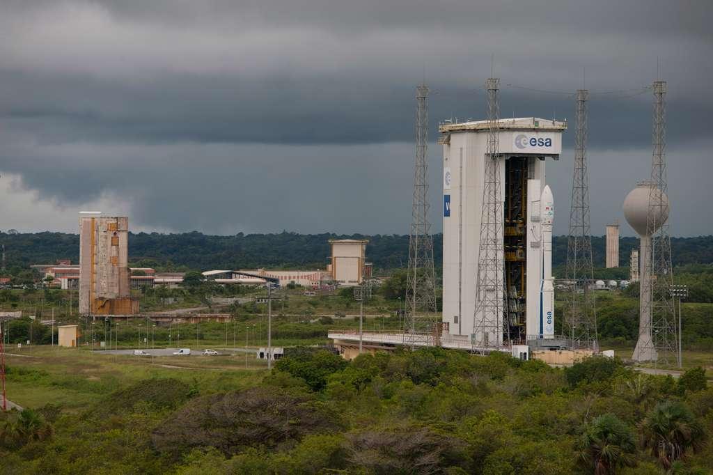 Le lanceur Vega sur son pas de tir du Centre spatial guyanais. Il s'agit de l'ensemble de lancement Ela-1, autrefois utilisé par les premières Ariane et adapté à Vega. © S. Corvaja, Esa