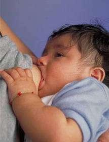 L'allaitement permet de prévenir les otites chez le nourrisson. © Wikipedia, domaine public