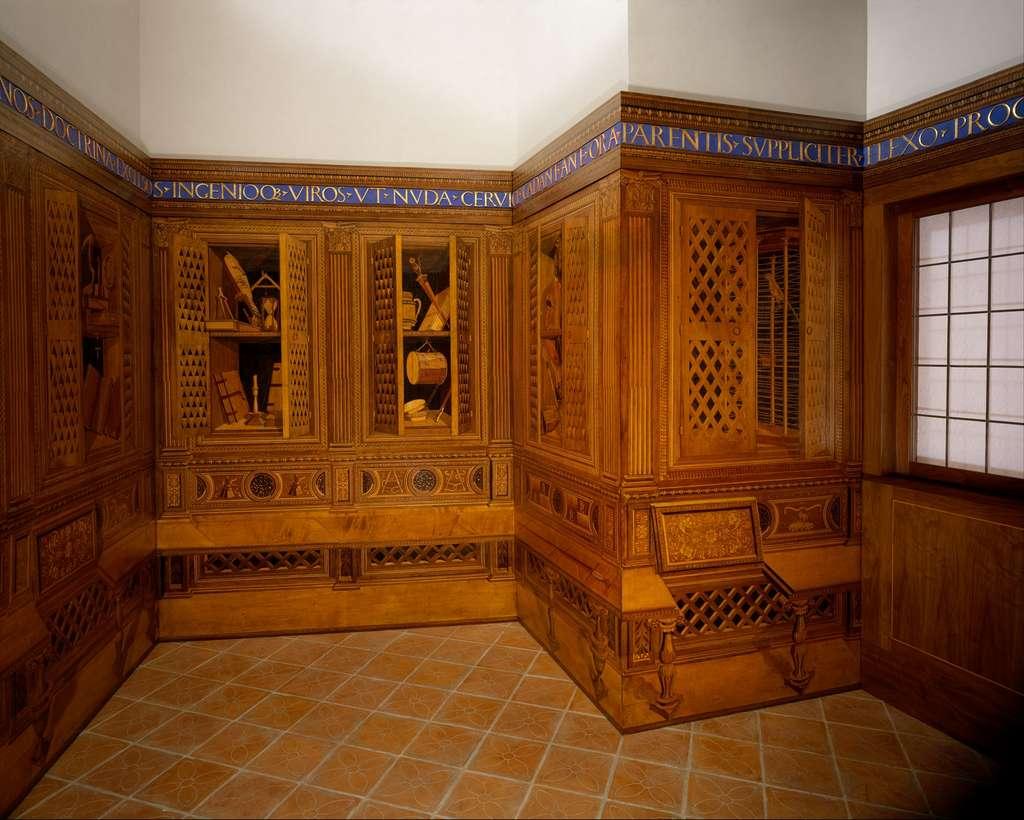 Les panneaux en bois qui ornent le Studiolo du palais ducal de Gubbio sont de véritables chefs-d'œuvre. La marqueterie en chêne, hêtre, palissandre, réalisée par Giuliano da Maïano, utilise la technique de l'incrustation. © Met Museum