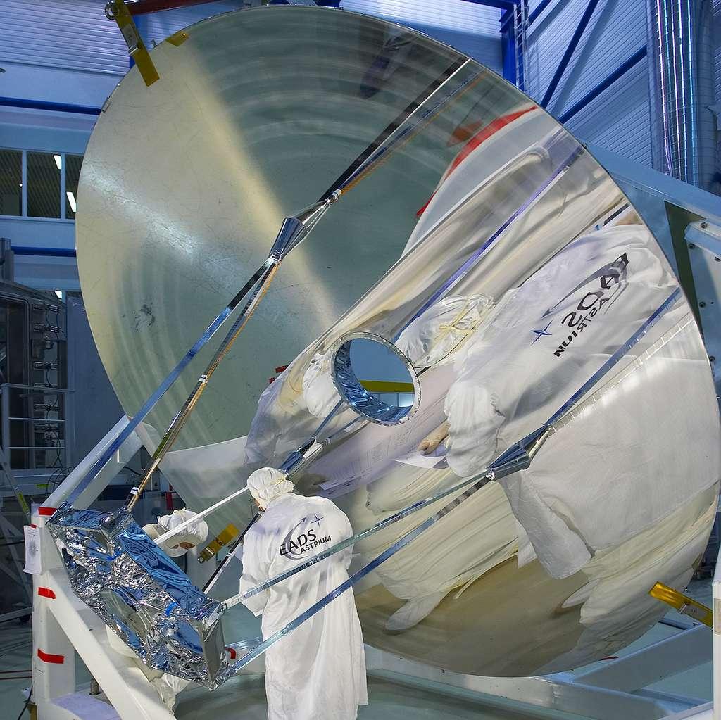 Le miroir primaire (3,5 mètres) d'un seul tenant, réalisé par les équipes d'Airbus sous la maîtrise d'œuvre de Thales Alenia Space. © ESA, S. Corvaja