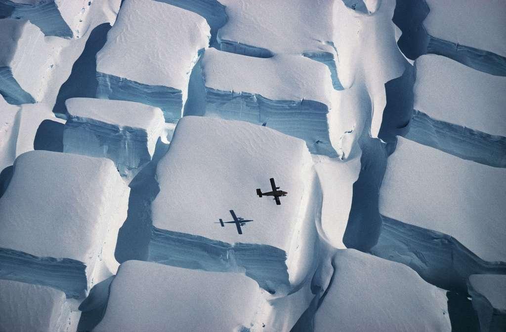 Photo intitulée Icy Sugar Cubes montrant l'ampleur des crevasses qui peuvent se former dans la glace, en Antarctique. © Peter Convey, British Antarctic Survey