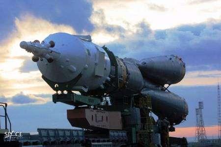 Lanceur et vaisseau Soyouz en route vers l'aire de lancement. Crédit Space Adventures