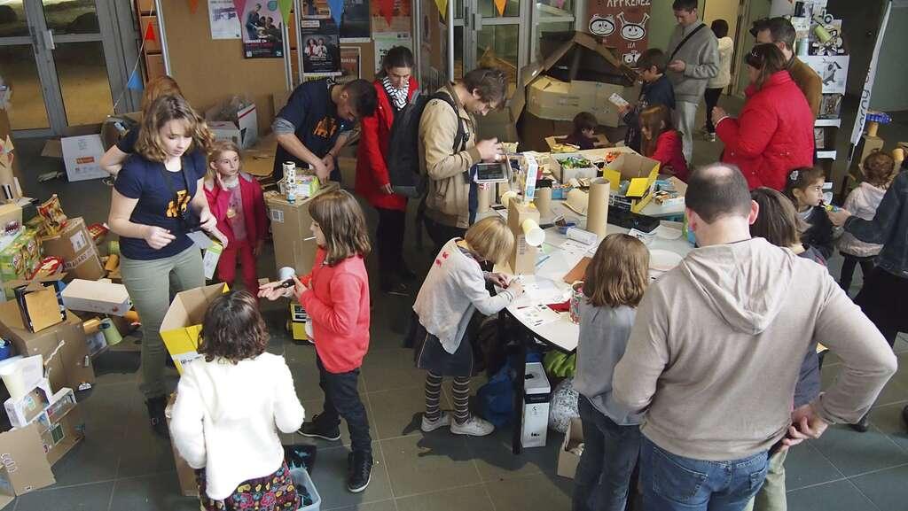 Un atelier de do it yourself, le but ici étant de faire participer les enfants à la création de robots à l'aide de plusieurs matières de recyclage (carton, plastique, etc.). © MakerFaireSaintMalo, DR