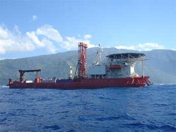 DP Hunter, le bateau de forage utilisé pour carotter le récif corallien au large de l'île de Tahiti. © ESO