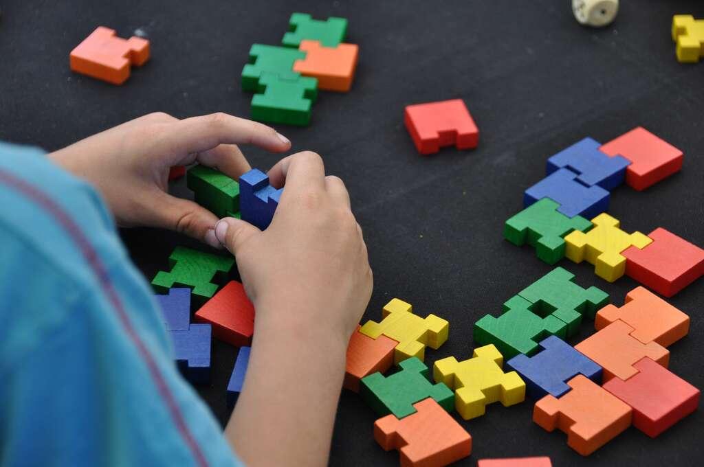 Le développement sensori-moteur de l'enfant n'est pas linéaire. © skampixelle, Adobe Stock