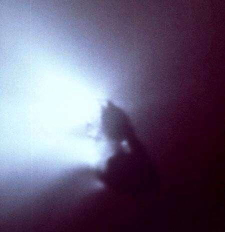 A titre de comparaison, le noyau de la comète de Halley, photographié par la sonde européenne Giotto le 13 mars 1986. Crédit ESA.