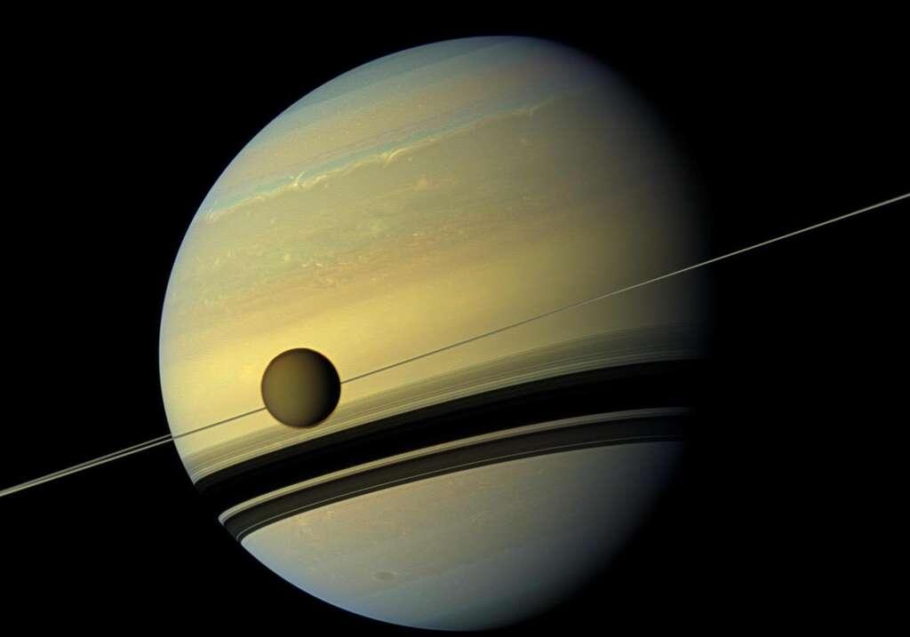 Saturne photographiée par Cassini. Au premier plan, son plus grand satellite, Titan. © Nasa, JPL-Caltech