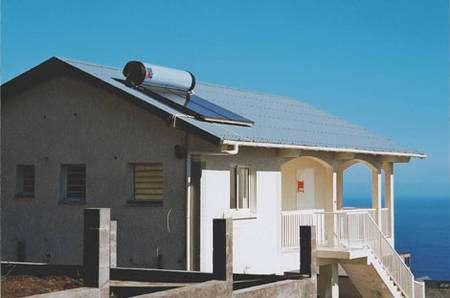 Le chauffe-eau solaire monobloc est surtout adapté aux régions où les températures ne descendent pas trop bas. Le ballon est placé directement au-dessus des capteurs. © Giordano Industries - Tous droits réservés