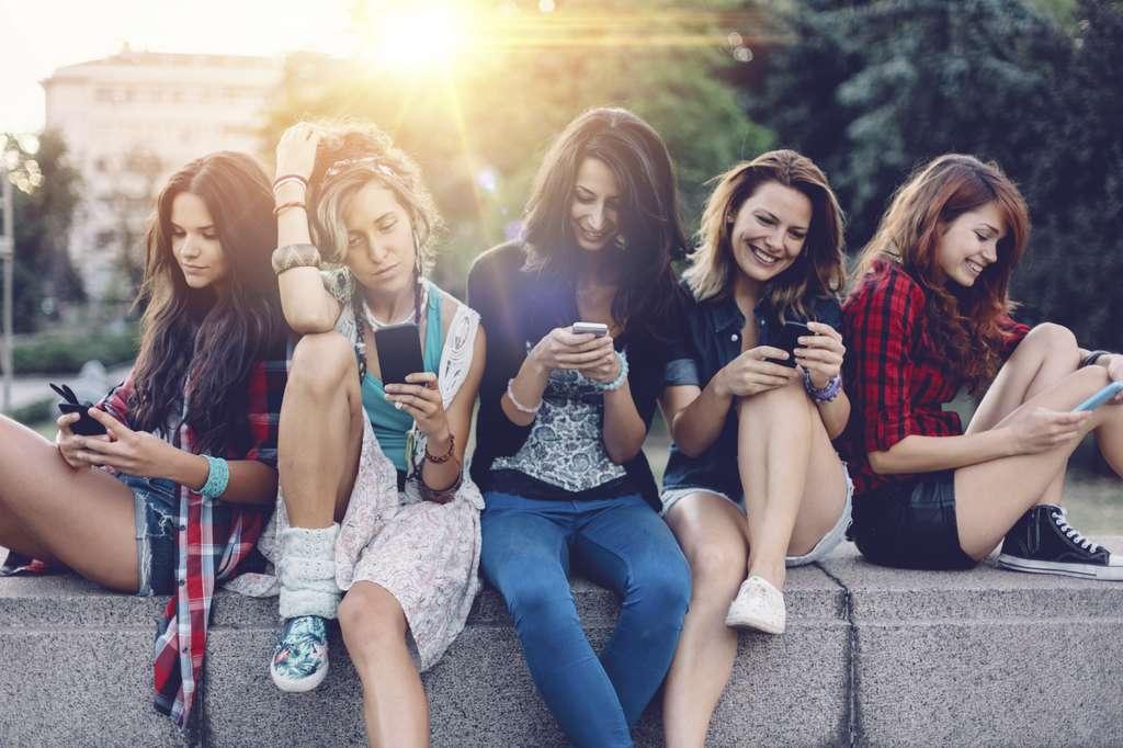 Les chercheurs ont constaté qu'une forte dépendance au smartphone était liée à des risques accrus de développer des symptômes dépressifs et de solitude. Il faut identifier les causes de l'addiction pour limiter le temps passé sur le smartphone. © AzmanL, IStock.com