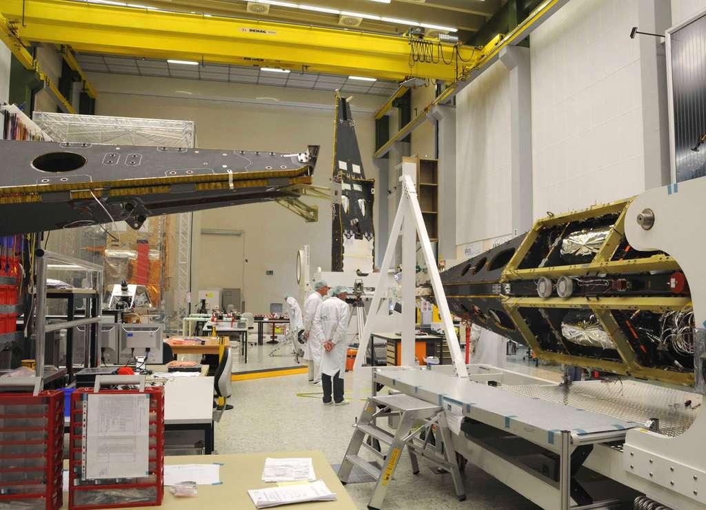 Les satellites Swarm feront l'objet d'une campagne d'essais de trois mois à Ottobrunn, près de Munich, pour démontrer leur aptitude au vol spatial. © Astrium 2010
