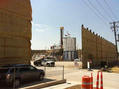 Un puits de gaz de schiste à l'est du centre-ville de Fort Worth, en septembre 2011. © Xavier Frison/Politis