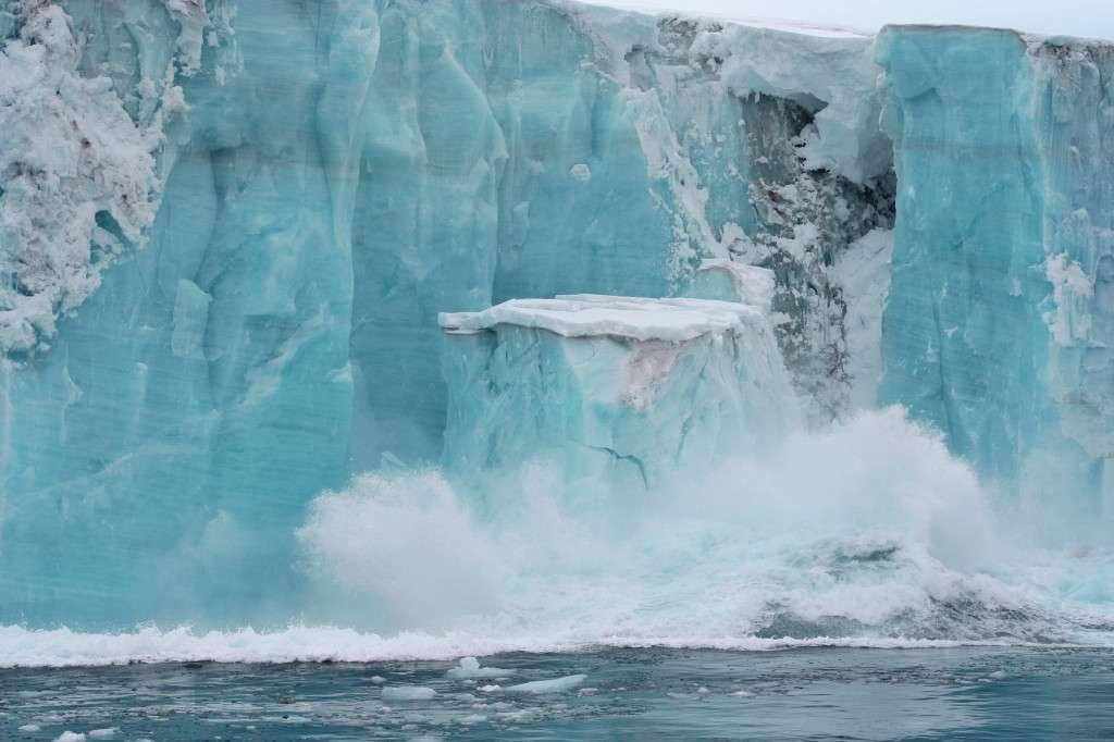 Les plateformes de glace flottantes sont la continuité des glaciers sur l'océan. Leur épaisseur peut dépasser les 400 m. Elles diffèrent des banquises qui résultent du gel de l'eau de mer. © Yukon White Light, Flickr, cc by nc nd 2.0