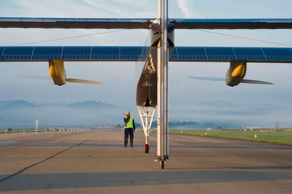 Les premiers partenariats se crées avec l'École polytechnique fédérale de Lausanne, l'Agence spatiale européenne et Dassault Aviation. Solar Impusle réalise ici un vol en Suisse, à Zurich. © Solar Impulse, Revillard