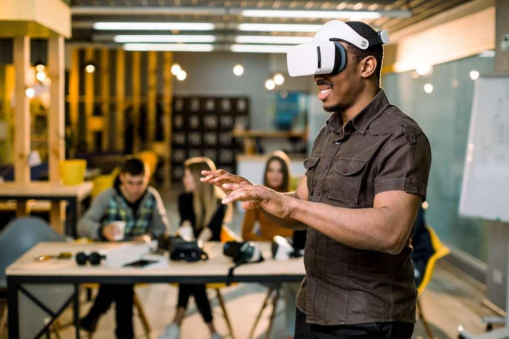 Le patient mettrait le casque, il verrait alors un environnement virtuel où il aurait deux mains virtuelles, on pourrait capter son activité cérébrale par les capteurs EEG et classifier ses intentions. © sofiko14, Adobe Stock