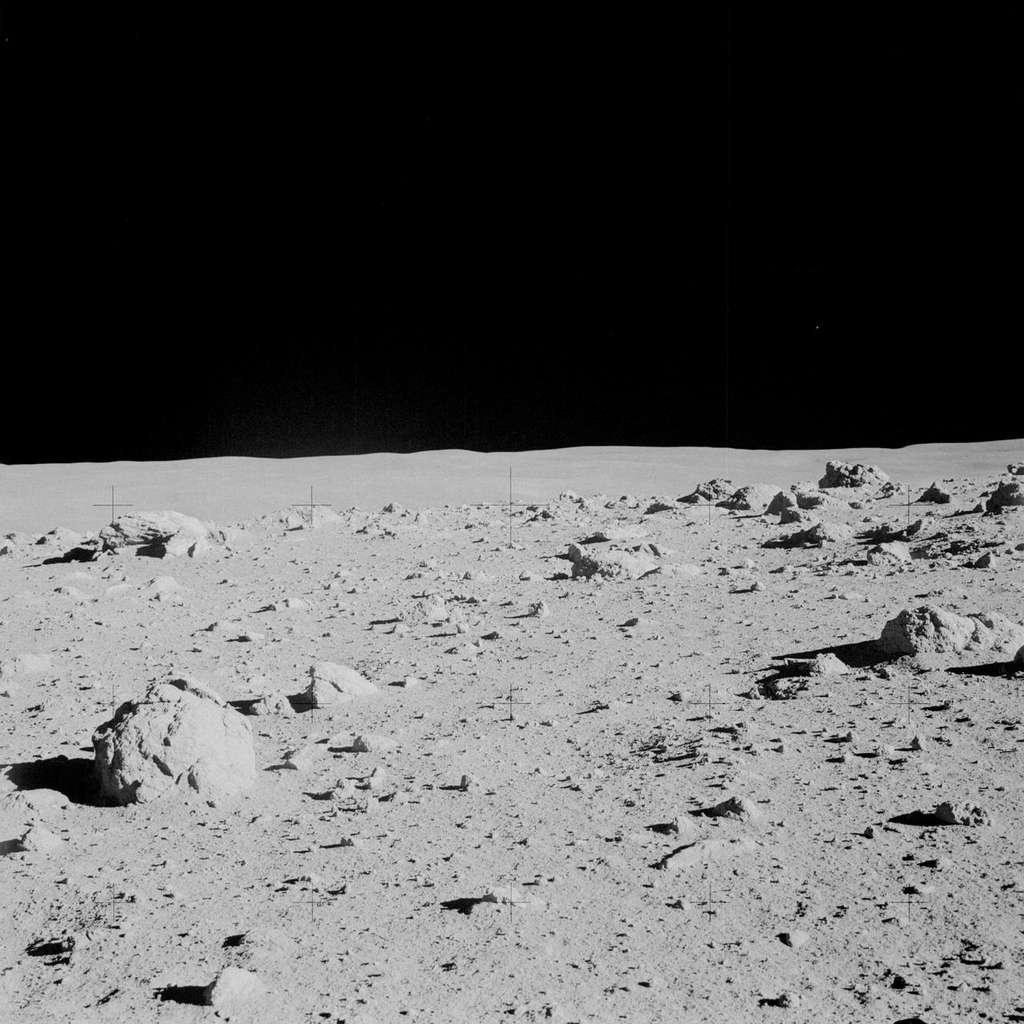Une vue du site d'alunissage de la mission Apollo 14, la formation géologique Fra Mauro. C'est un massif montagneux qui s'étire juste à l'ouest du grand cratère Fra Mauro (qui lui a donné son nom) et à l'est de la Mare Imbrium. © Nasa
