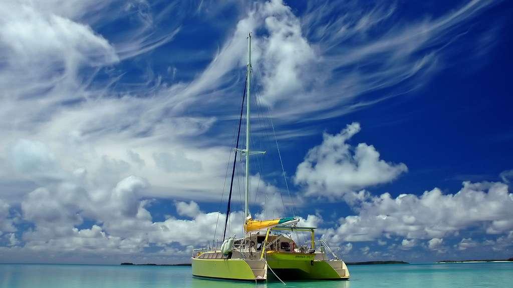 Le bateau d'Antoine devant l'île de Raivavae
