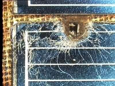 Un panneau solaire du télescope spatial Hubble a été heurté par un débris, le trou visible fait 2.5 mm. (crédit : ESA)