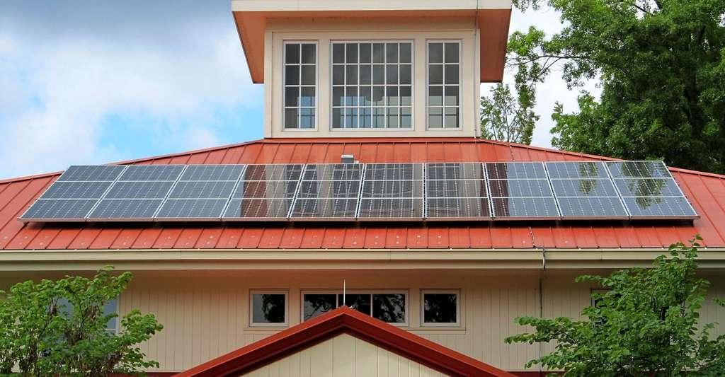 Insertion de panneaux solaires sur une toiture. © Skeeze, Pixabay, DP