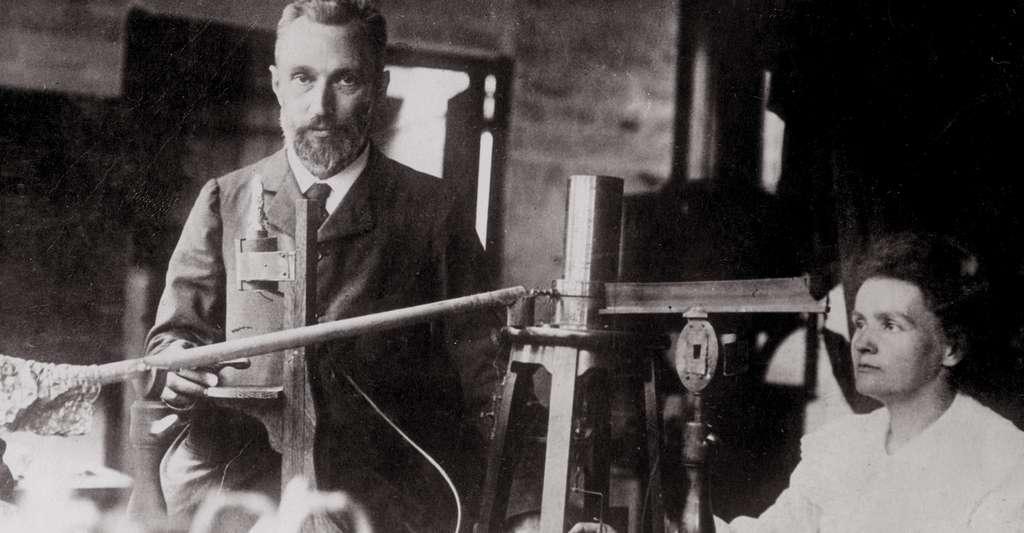 Au XIXe siècle, Pierre et Marie Curie isolèrent le radium et mirent en évidence la radioactivité, une étape clé dans l'histoire de la datation absolue. © DP
