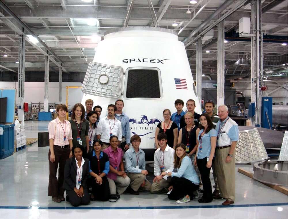 La capsule Dragon pourra transporter 6 tonnes jusque dans l'espace et faire revenir 3 tonnes sur Terre. En configuration habitable, elle accueillera jusqu'à sept personnes. © Space X