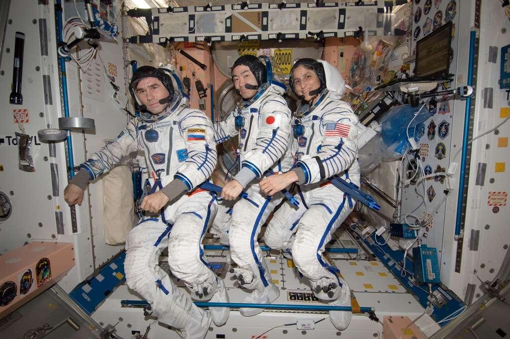 À bord de l'ISS, dans le nœud de jonction n°1 (Unity), quelques pas de danse pour l'Expedition 33 avec de gauche à droite le Russe Yuri Malenchenko, le Japonais Aki Hoshide et l'Américaine Sunita Williams. © Nasa
