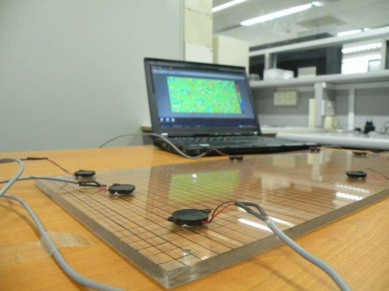 Des capteurs de vibrations entourent la surface à « tactiliser ». Dès que l'utilisateur vient toucher le support d'affichage, les vibrations sont captées et la position du point d'impact est localisée en recoupant les données. Pour plus de précision et l'apport de fonctions multitouch, il est possible d'ajouter deux ou trois capteurs optiques. © NTU