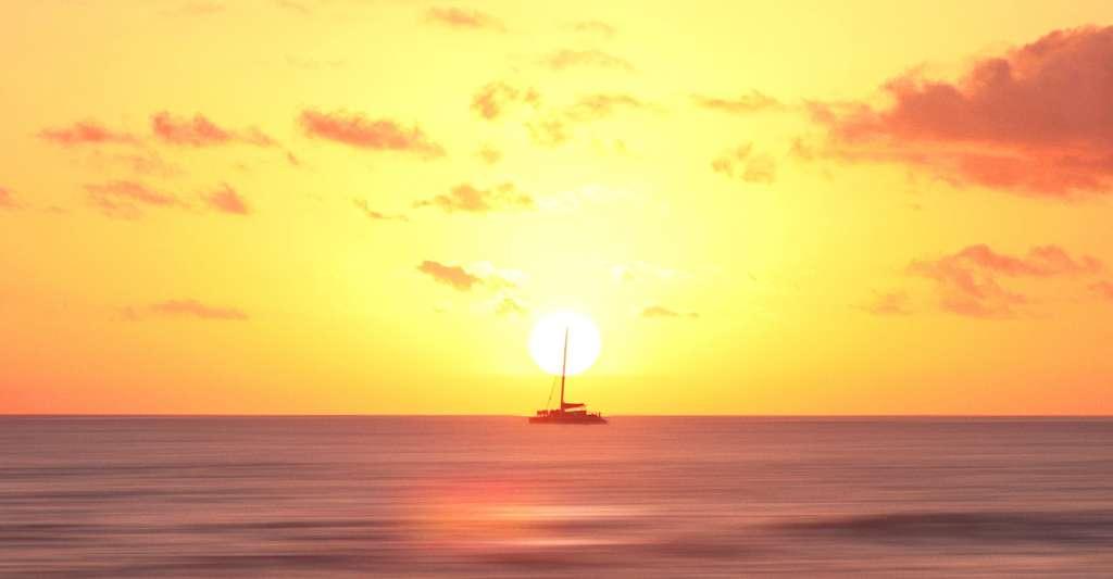 Lorsqu'un navire navigue vers l'horizon, il ne devient pas de plus en plus petit jusqu'à devenir invisible comme il le ferait si la Terre était plate. Sa coque semble d'abord disparaître puis son mât. © Jordan Steranka, Unsplash