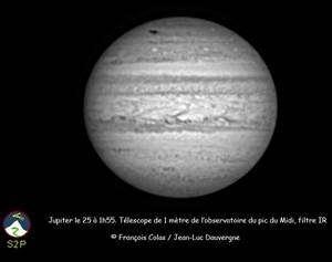 Un impact cométaire sur Jupiter (trace noire en haut du globe) mobilise les astronomes fin juillet. Crédit F. Colas / J-L Dauvergne