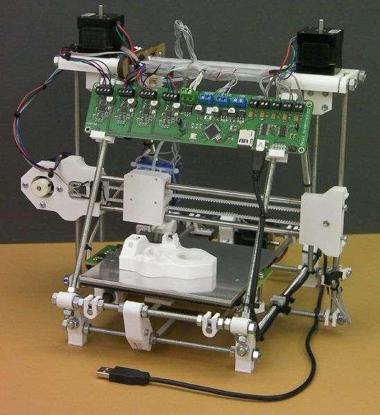 L'une des nombreuses versions d'imprimante 3D pour plastique issues du projet open source RepRap. Ce modèle d'imprimante est autoréplicatif, c'est-à-dire que l'appareil peut imprimer les pièces nécessaires à la fabrication d'une copie d'elle-même. © RepRapPro Huxley, Adrian Bowyer