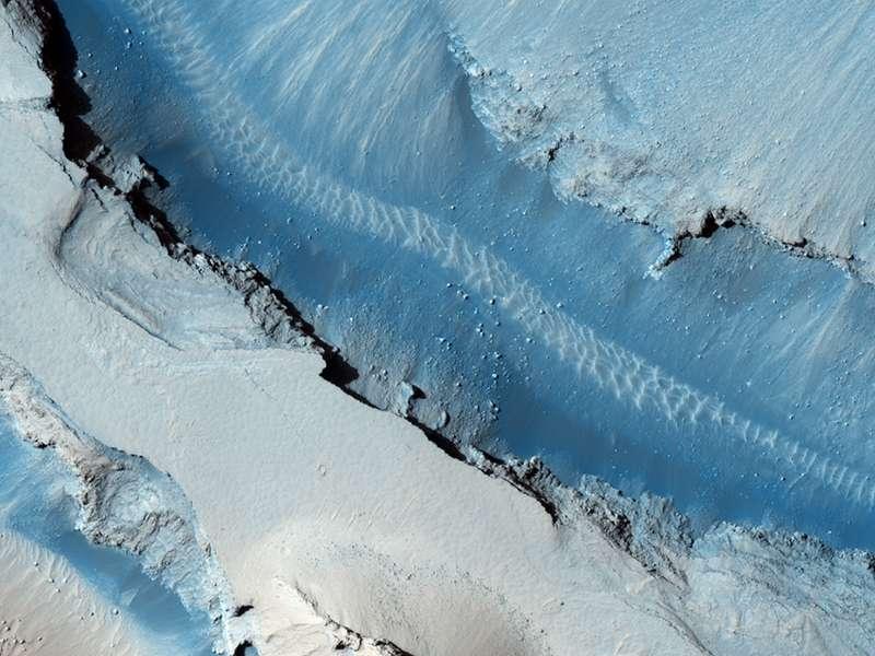 Dans Athabasca Valles, l'un des plus jeunes chenaux martiens, de la lave a emprunté le lit initialement creusé par une gigantesque inondation d'eau. © Nasa/JPL/University of Arizona