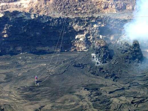 J.-M. Bardintzeff et N. Hulot progressent au fond du cratère avec des cordes de sécurité (vue depuis l'est). Nous avions deux systèmes d'alarme, à la fois visuel et sonore, pour surveiller les teneurs en oxygène (et donc indirectement en gaz carbonique) et en monoxyde de carbone (CO, gaz très rare sur les volcans mais très dangereux). © J.-M. Bardintzeff avec l'aimable autorisation d'Ushuaïa Nature, reproduction et utilisation interdites
