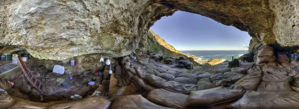 La grotte de Blombos, en Afrique du Sud, renferme de nombreux objets artistiques. © Magnus Haaland