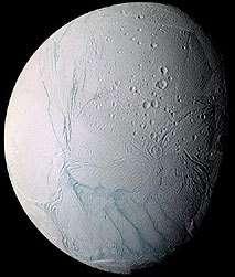 """Encelade et ses célèbres """"griffures du tigre"""" alimentent en glace l'anneau E de Saturne (Crédits : NASA / JPL / Space Science Institute)"""