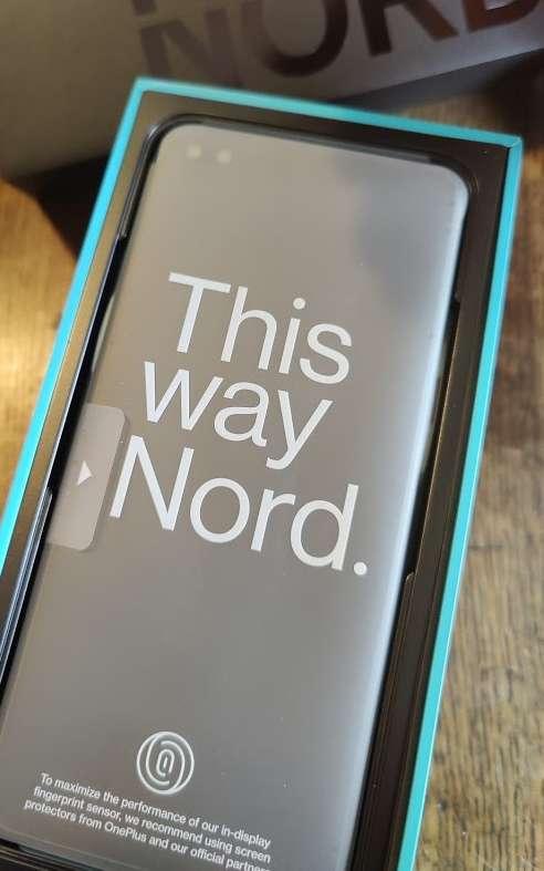 Dès le déballage, on retrouve l'ambiance haut de gamme de la marque. Au premier regard, il n'y a pas vraiment de différence avec la découverte du dernier OnePlus 8 et de sa version pro. © Futura