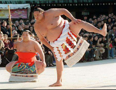 L'exercice quotidien du Sumo ( Demi-Dieu ), de plus de 130 kilos, consiste à taper chaque pied sur le tatami plus de 300 fois. © DR