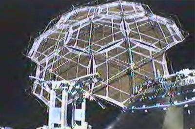 L'antenne déployée en orbite, vue par la face (caméra automatique)