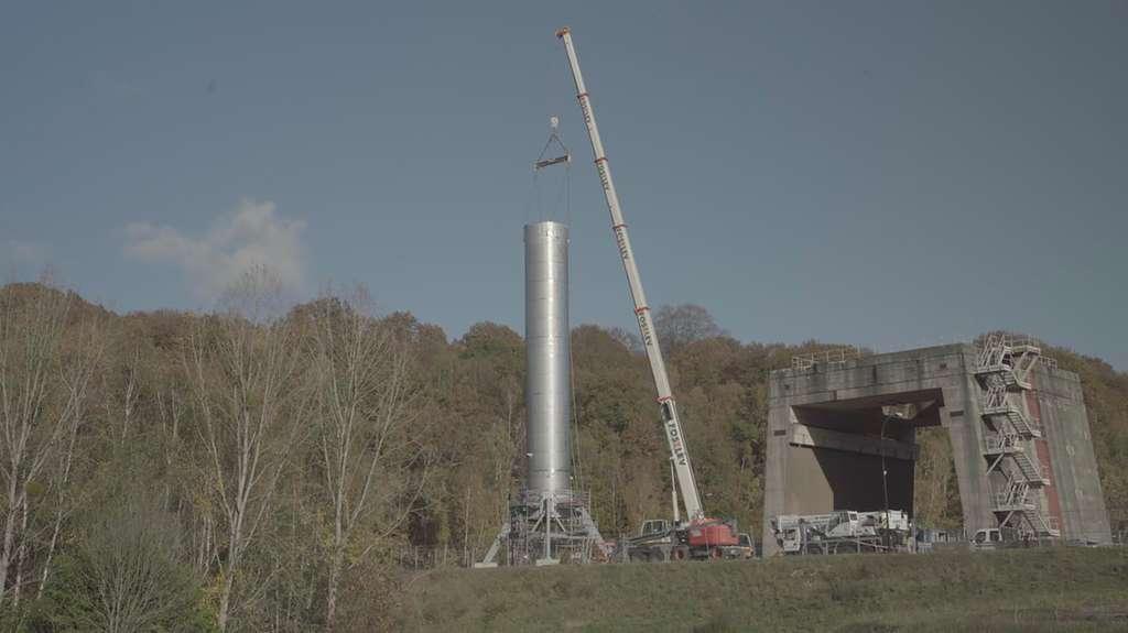 Strike, c'est le nom de code du réservoir de Themis, le démonstrateur d'étage réutilisable développé par ArianeWorks. Haut de 30 mètres pour 3,5 mètres de diamètre et une masse à vide 11 tonnes, Strike est une version en acier, à l'échelle 1, de la structure principale de Themis. © ArianeGroup