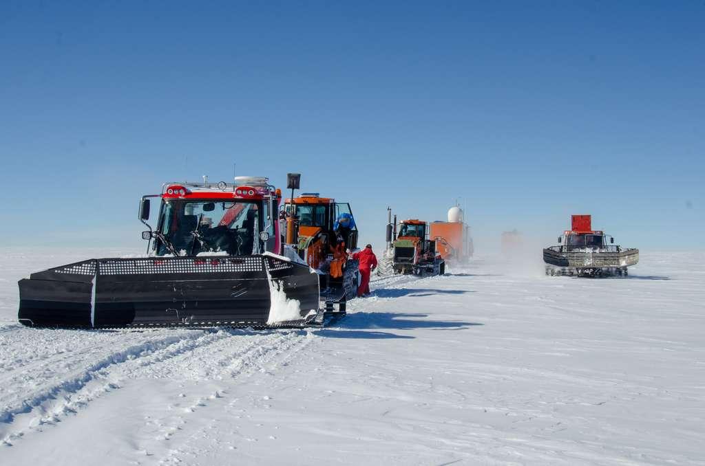 Convoi de véhicules entre la base Concordia localisée à Dôme C et le site de forage de Beyond Epica, appelé Little Dome C. © Robert Mulvaney, British Antarctic Survey (BAS)
