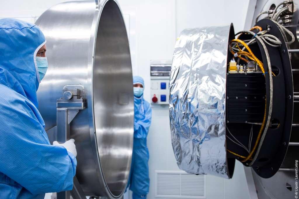Tube à gaz pulsé développé par Air Liquide. Il s'agit d'un cryoréfrigérateur permettant de maintenir à très basse température les instruments à infrarouge mis en orbite, notamment pour l'observation de la Terre. © Air Liquide, L. Lelong