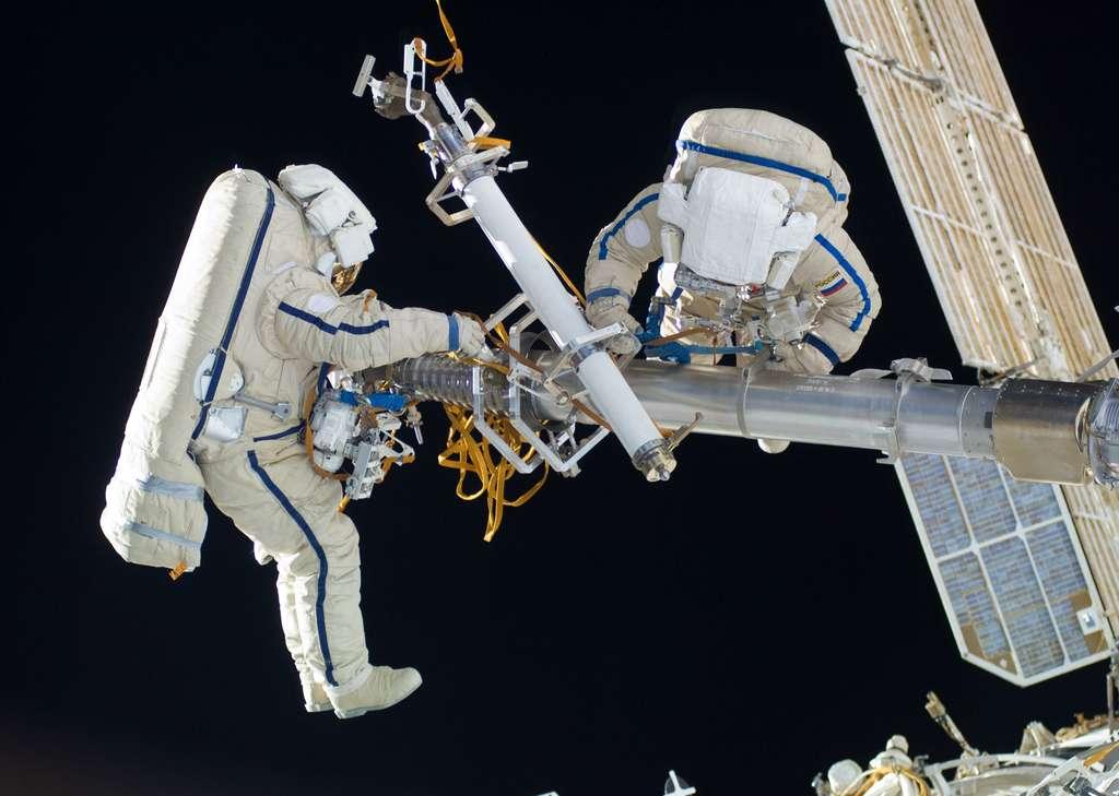 Encombrantes, longues à enfiler et bridant la dextérité des astronautes, les combinaisons actuelles ne sont pas adaptées aux besoins futurs des prochaines étapes de l'exploration de l'espace. Ici, deux astronautes russes en sortie à l'extérieur de la Station spatiale internationale (février 2010). © Nasa