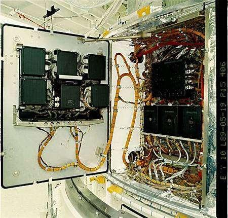 Le Control Unit/Science Data Formatter à bord de Hubble (à gauche) lors des essais au sol en 1989. Crédit Nasa