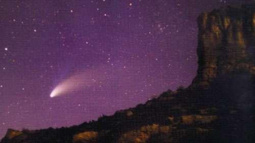 Le ciel peut parfois révéler bien des surprises. Les Gaulois n'avaient peut-être pas tort de craindre que le ciel ne leur tombe sur la tête. Ci-dessus : La comète Hale-Bopp au-dessus de la roche de Solutré, le 4 avril 1997 à 22 h 30. © Jacky Kolar