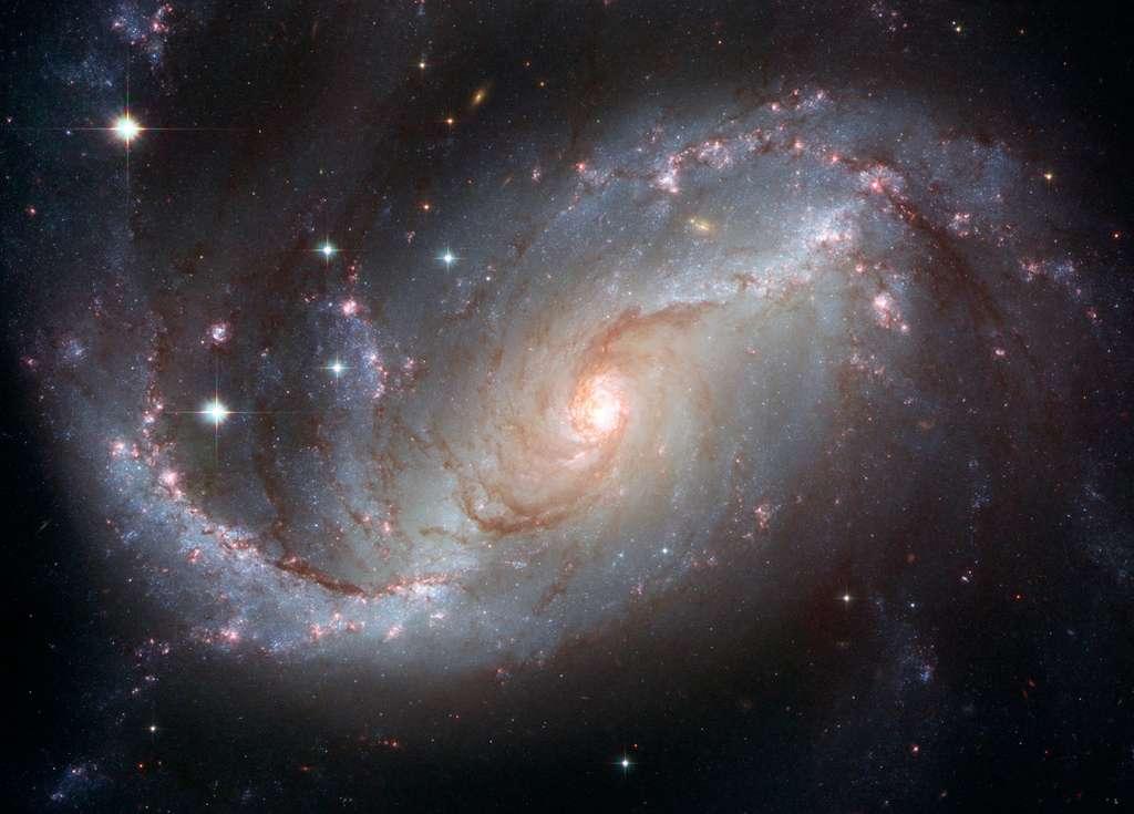 Large de 75.000 années-lumière, la galaxie spirale barrée NGC 1672 est située à environ 60 millions d'années-lumière de la Voie lactée. ©Nasa