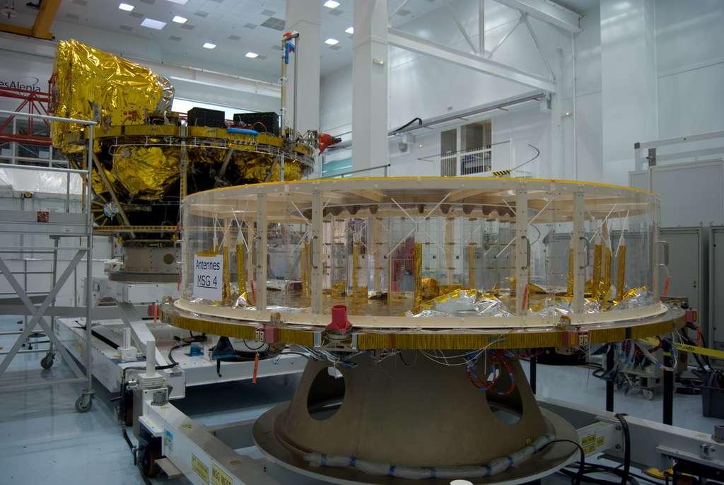 Dans l'usine cannoise de Thales Alenia Space, construction du quatrième satellite de Meteosat de seconde génération (octobre 2012), dont lancement est prévu en 2014. Construits en France par Thales Alenia Space, à la tête d'un consortium de plus de 50 sous-traitants basés dans 13 pays d'Europe, les satellites Meteosat sont exploités par Eumetsat, et font partie du système mondial d'observation de l'atmosphère terrestre, mis en place par l'Organisation météorologique mondiale (OMM). © Rémy Decourt, Futura-Sciences
