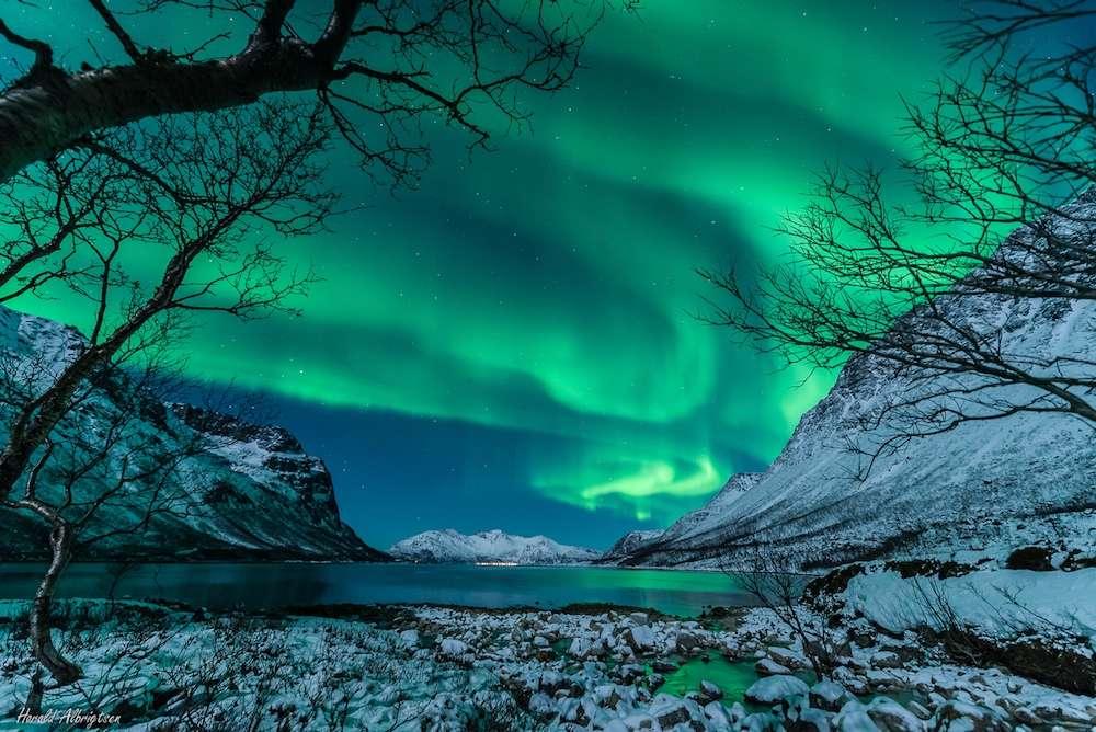 Aurore boréale au-dessus de la Norvège dans la nuit du 10 janvier 2014. Les aurores polaires pourraient s'intensifier avec la récente et violente éruption solaire. © Harald Albrigsten