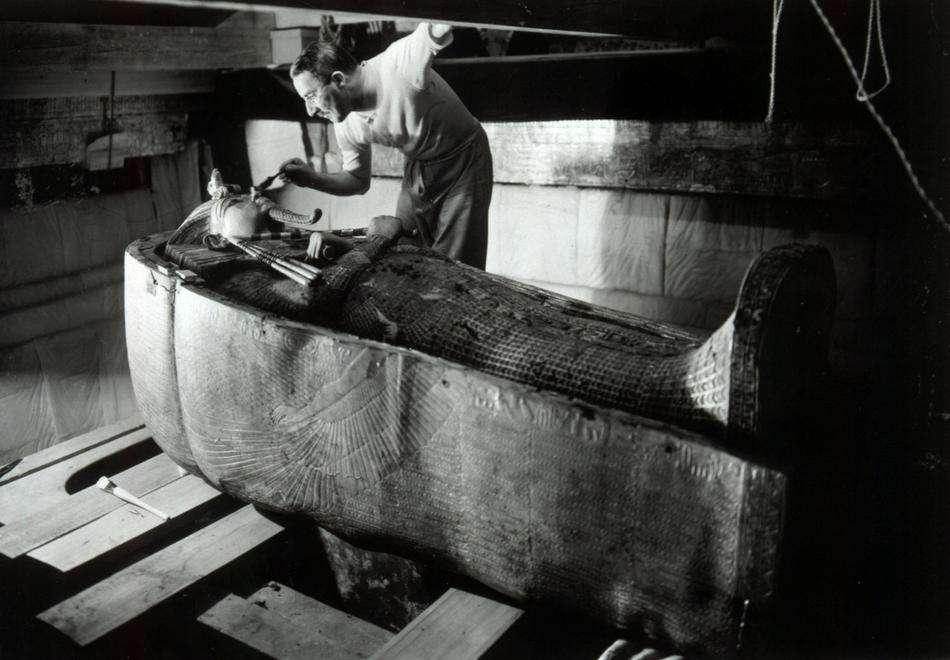 Howard Carter découvrant le sarcophage de Toutânkhamon. Ce pharaon est décédé très jeune dans des circonstances mystérieuses. © Harry Burton, DP