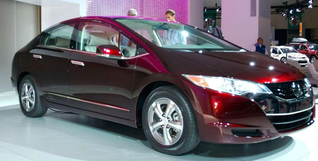 La Honda FCX Clarity, lancée en 2008 au Japon et aux États-Unis, alimente elle aussi son moteur électrique grâce à une pile à combustible embarquée. Sa production est restée condidentielle. © Bbqjunkie / Flickr - Licence Creative Commons (by-nc-sa 3.0)