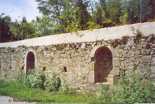 Mur d'abeilles du prieuré Saint-Paul, à Parthenay (Deux-Sèvres). © Reproduction et utilisation interdites